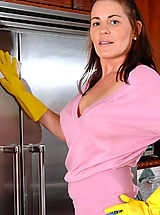 Bella Roxxx gets bored with chores and undresses